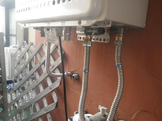 ガス給湯器取替工事 (神戸市東灘区) 配管施工中