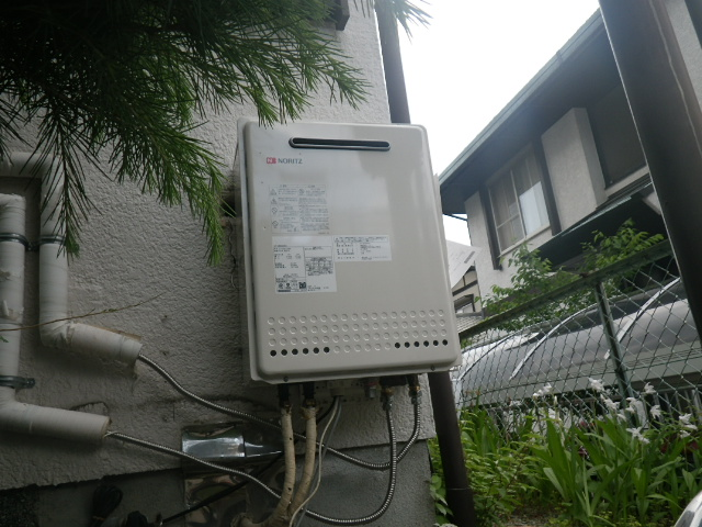 熱源機からガス給湯器へ取替工事 (川西市) 既設熱源撤去後、給湯器取り付け固定後