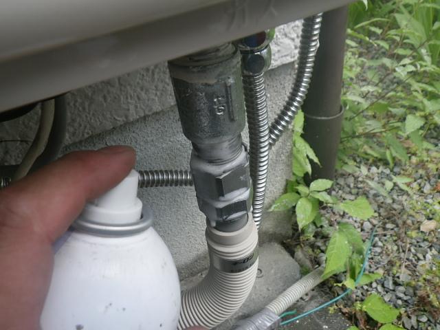 熱源機からガス給湯器へ取替工事 (川西市) ガス漏れチェック中①