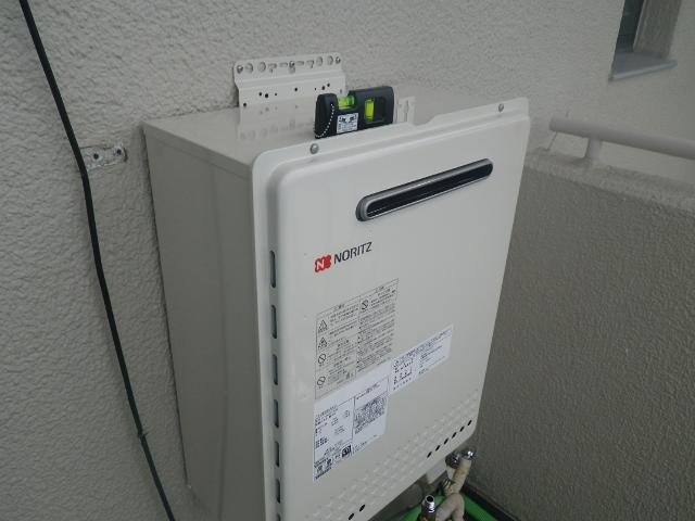 熱源機から給湯器へ取替工事 (神戸市東灘区) 給湯器取付施工中