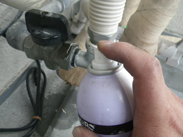 熱源機から給湯器へ取替工事 (神戸市東灘区) ガス漏れチェック中①