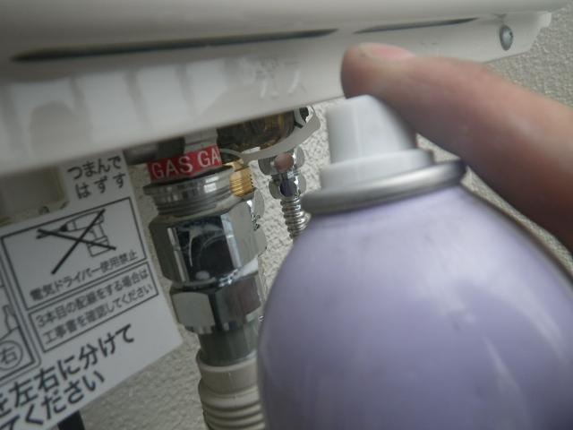 熱源機から給湯器へ取替工事 (神戸市東灘区) ガス漏れチェック中②