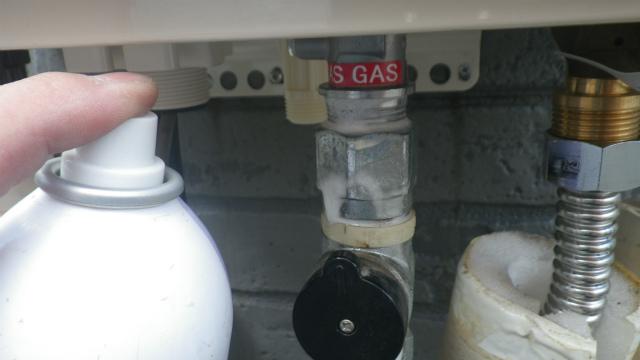 ガス給湯器エコジョーズ取替工事(神戸市灘区)ガス漏れチェック中