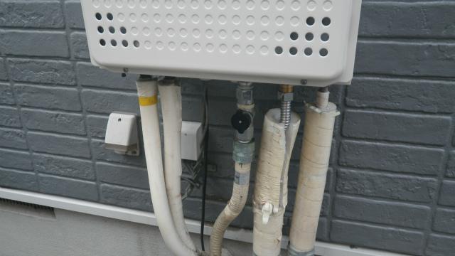 ガス給湯器エコジョーズ取替工事(神戸市灘区)配管繋ぎ直し施工中