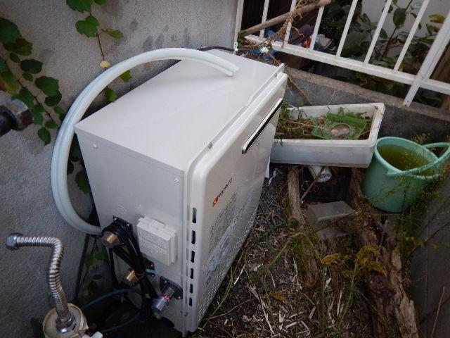 ガス給湯器据置型取替工事(神戸市)給湯器本体取付固定中