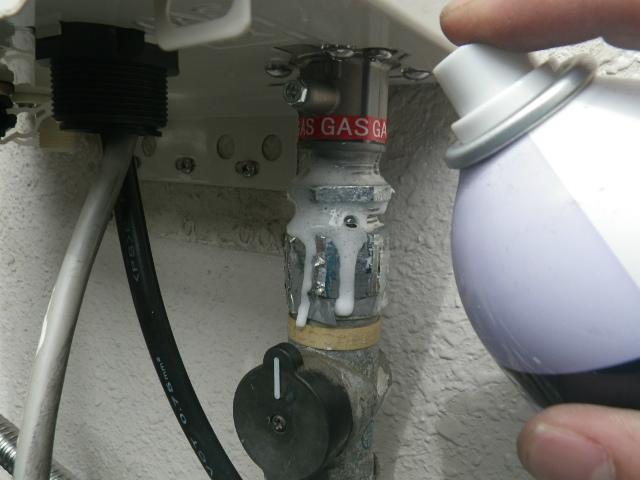 ガス給湯器エコジョーズ取替工事(神戸市中央区)ガス漏れチェック中