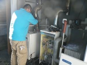 石油給湯器取替工事(神戸市東灘区)排気ダクト接続中