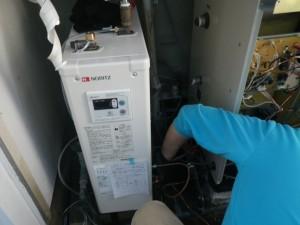 石油給湯器取替工事(神戸市東灘区)排水口加工中