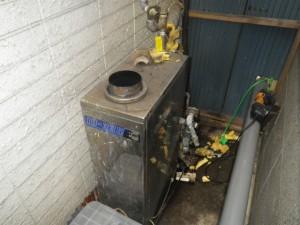 石油給湯器取替工事(神戸市須磨区)取替施工前