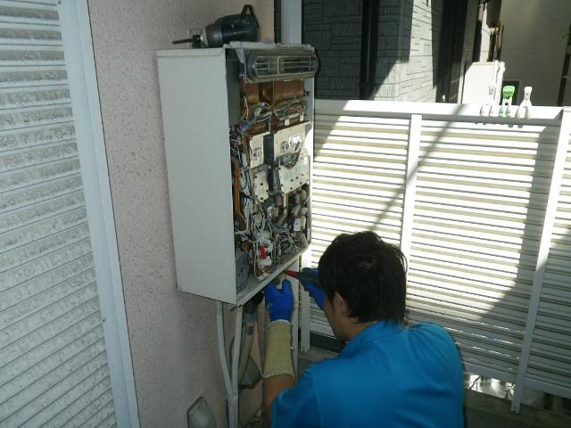 ガス給湯器取替工事(神戸市東灘区)既設給湯器撤去中