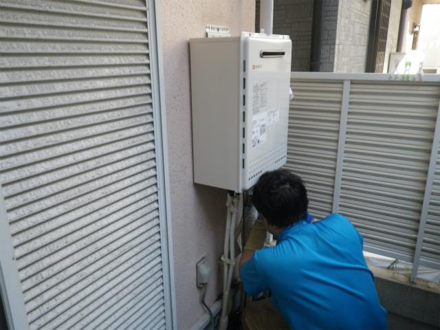 ガス給湯器取替工事(神戸市東灘区)本体取付固定中