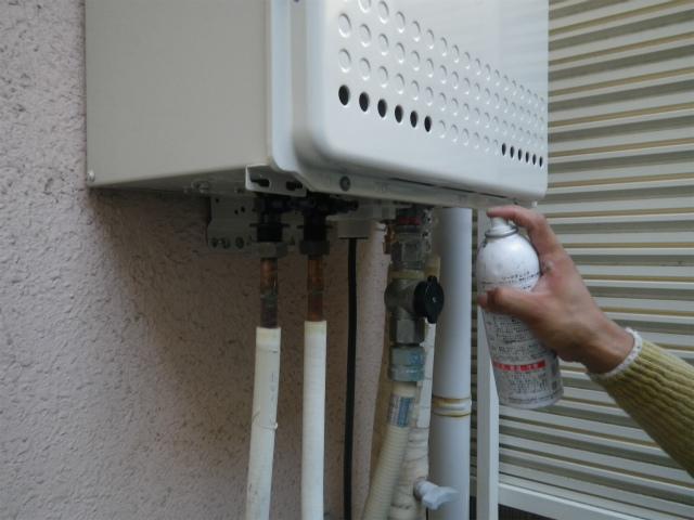 ガス給湯器取替工事(神戸市東灘区)ガス漏れチェック中