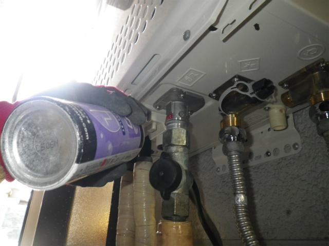 ガス給湯器取替工事(神戸市長田区)ガス漏れチェック中