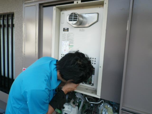 ガス給湯器取替工事(神戸市長田区)既設撤去中