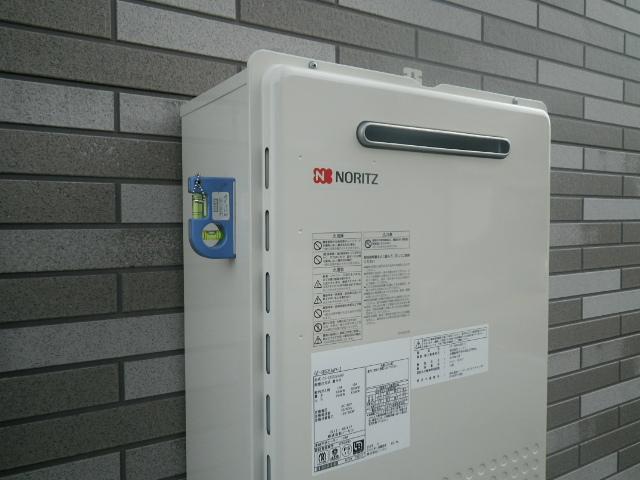 NORITZガス給湯器取替工事(加古川市)本体取付固定中。