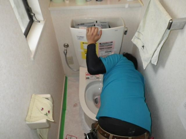 壁排水ピュアレストQR取替工事(神戸市北区)トイレ備え付け作業中