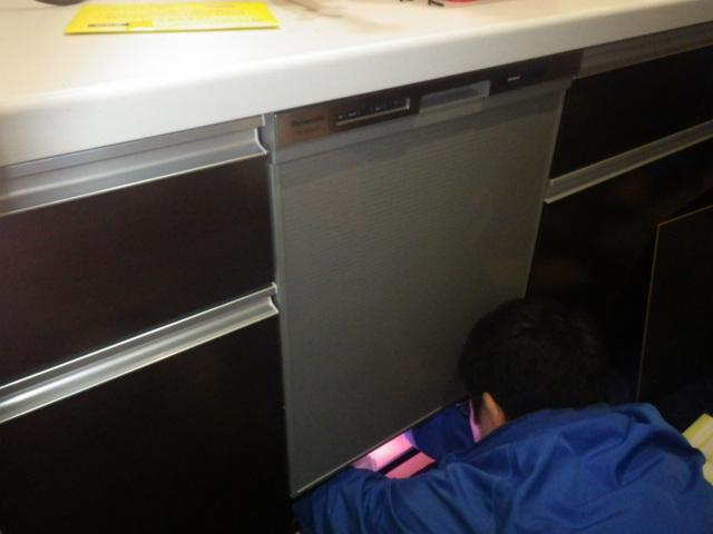 食器洗い機新設工事(加西市)配管接続中