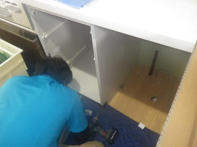 食洗機新設工事(三木市)キャビネット取り付け中