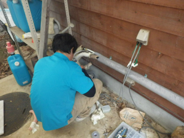 石油給湯器取替工事(丹波市)移設に伴う配管延長工事中