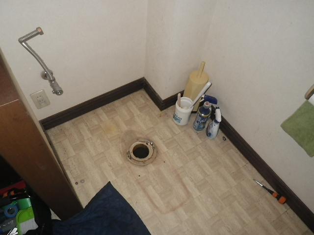 トイレ取替え工事 既設本体撤去完了後。