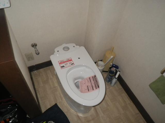トイレ取替え工事 便器取付設置完了後。