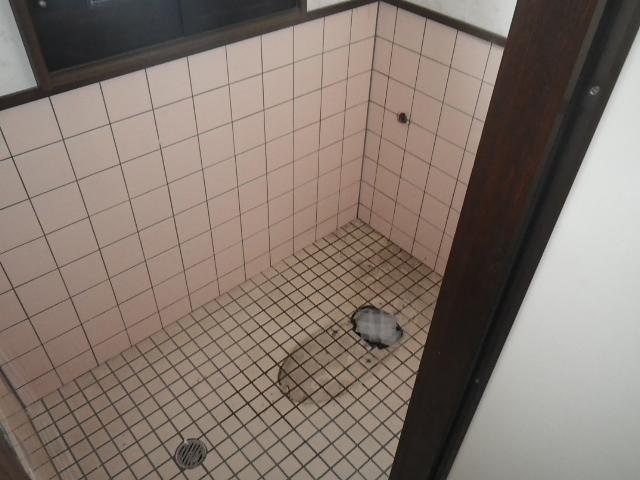 トイレ取替え工事 既設トイレ撤去後&壁加工前